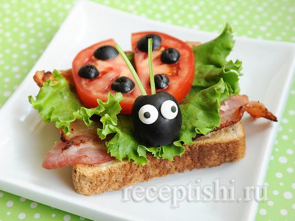 "Бутерброд ""Божья коровка"" с помидором и зеленью"