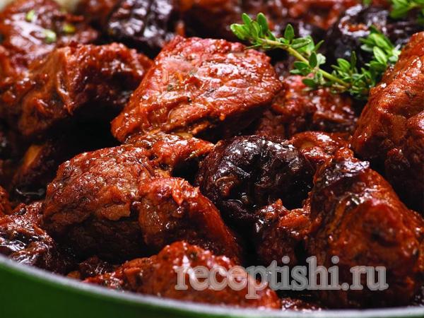 Мясо тушеное с черносливом и томатами