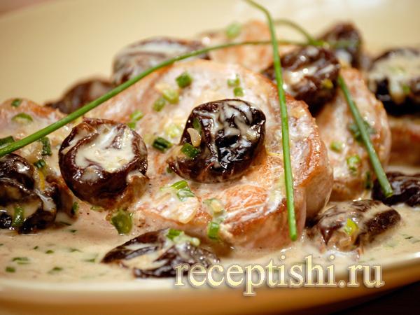 Свинина с черносливом в сливочном соусе