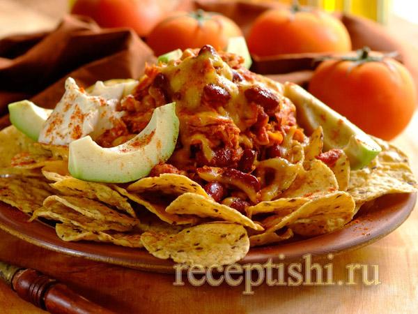 Горячий салат с курицей и фасолью