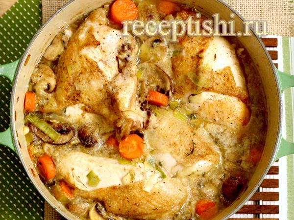 Курица в белом вине, тушенная с овощами