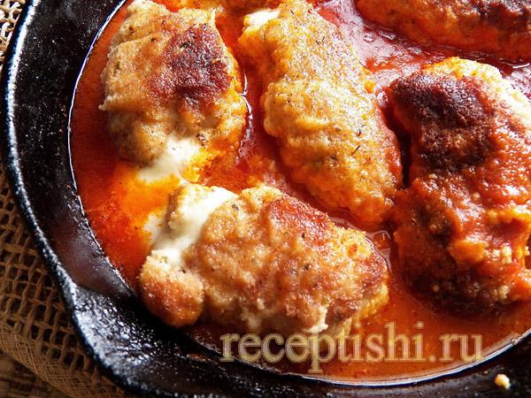 Куриные котлеты в сырной панировке, запеченные в томатном соусе