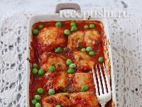 Рыба в томатном соусе с базиликом и зеленым горошком