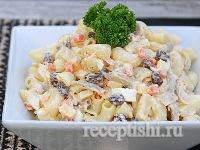 Салат с курицей, макаронами и сыром