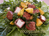 Салат с манго и овечим сыром в ореховой панировке