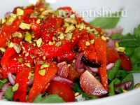 Салат с печёными перцами и фисташками