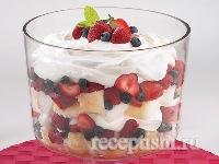 Сливочный десерт с лесными ягодами