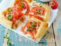 Тарт из слоеного теста с помидорами и сыром