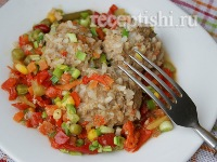Тефтели с рисом и овощами в сковороде