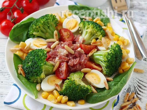 Салат из брокколи с перепелиными яйцами, беконом и кукурузой