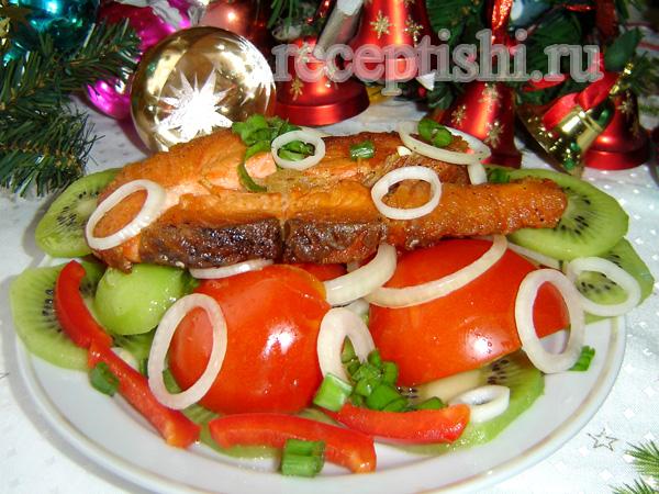 Салат с жареной семгой