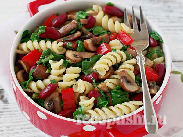 Теплый салат с пастой, шпинатом, грибами и фасолью