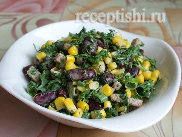 Салат из фасоли с кукурузой, сухариками и зеленью