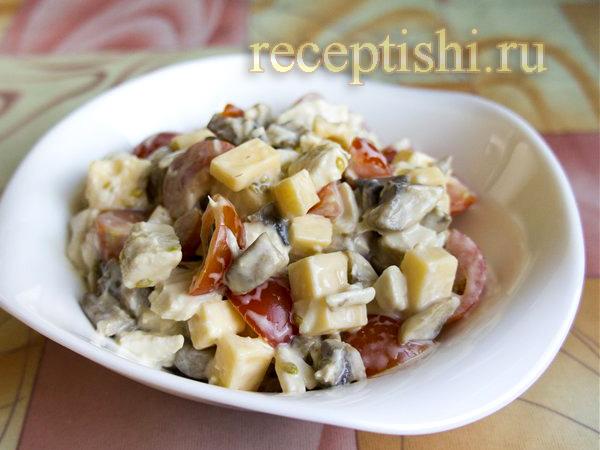 Салат из курицы с сыром, помидорами и шампиньонами