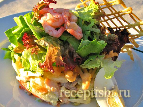 Салат с мясом, креветками и овощами