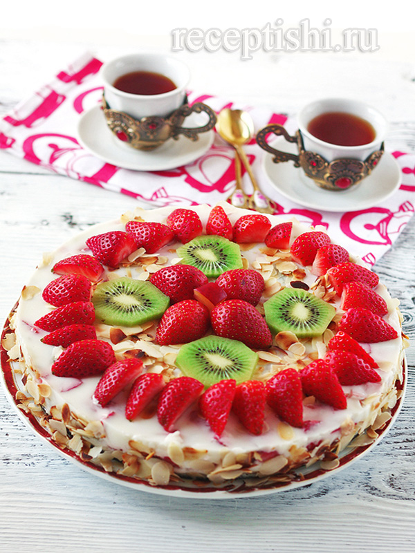Йогуртовый торт с киви и клубникой