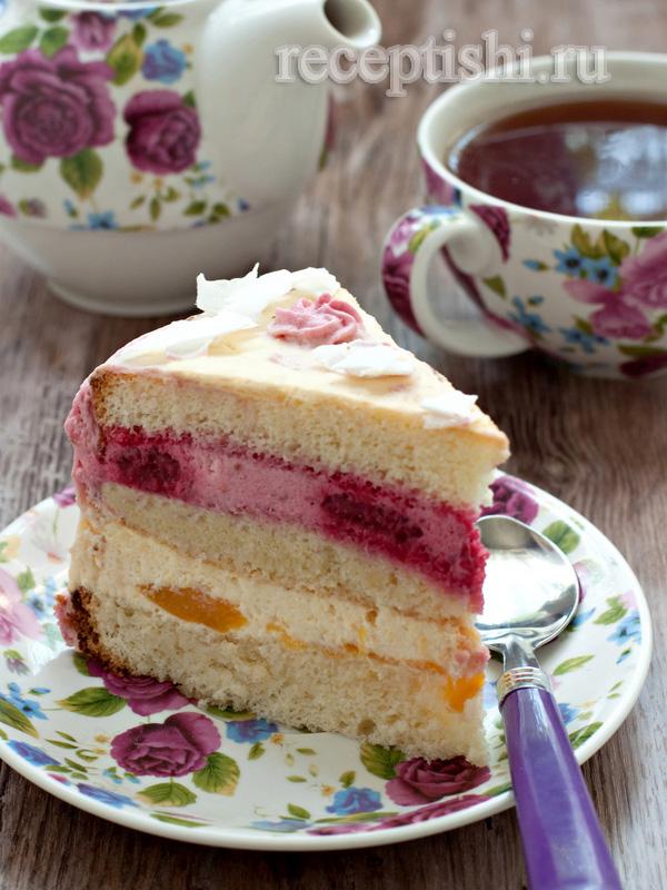 Торт с малиной и персиками