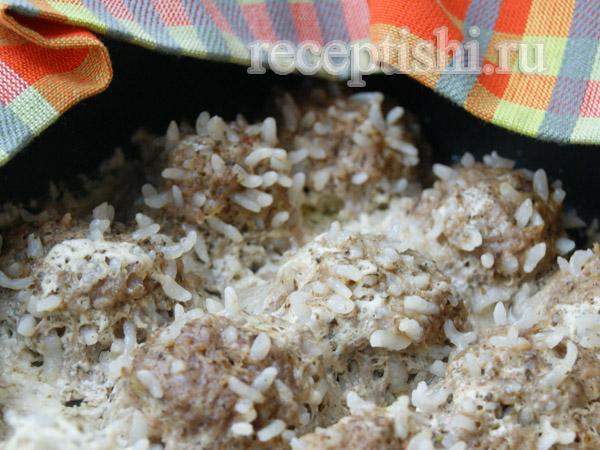Тефтели-ёжики с рисом в сметанном соусе