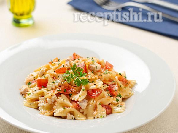 Паста фарфалле с тунцом и помидорами черри