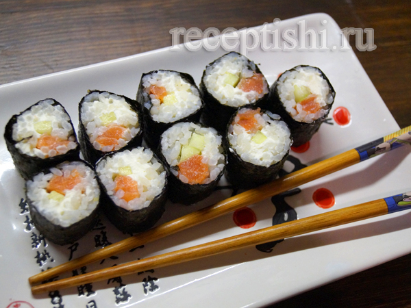 Суши с красной рыбой, сливочным сыром и огурцом